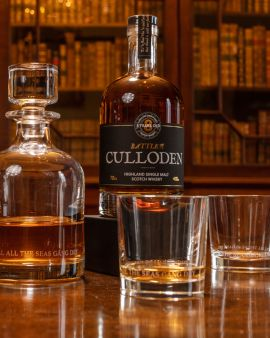 In a library on a table are a bottle of whisky (sold separately), decanter with whisky and two glasses. The glasses and decanter have a line etched from the Robert Burns' poem A Red, Red Rose: ''Till all the seas gang dry.'