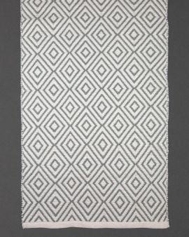 The rug from recycled plastic bottles, with a diamond pattern.
